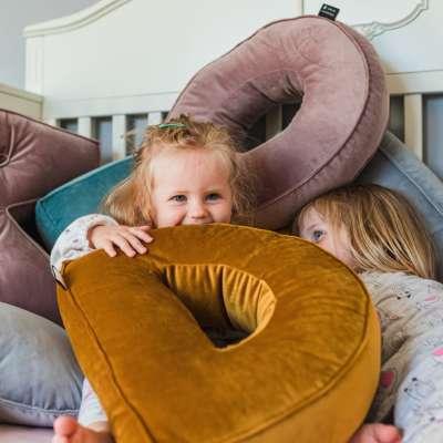 Raidė pagalvėlė B kolekcijoje Posh Velvet, audinys: 704-10