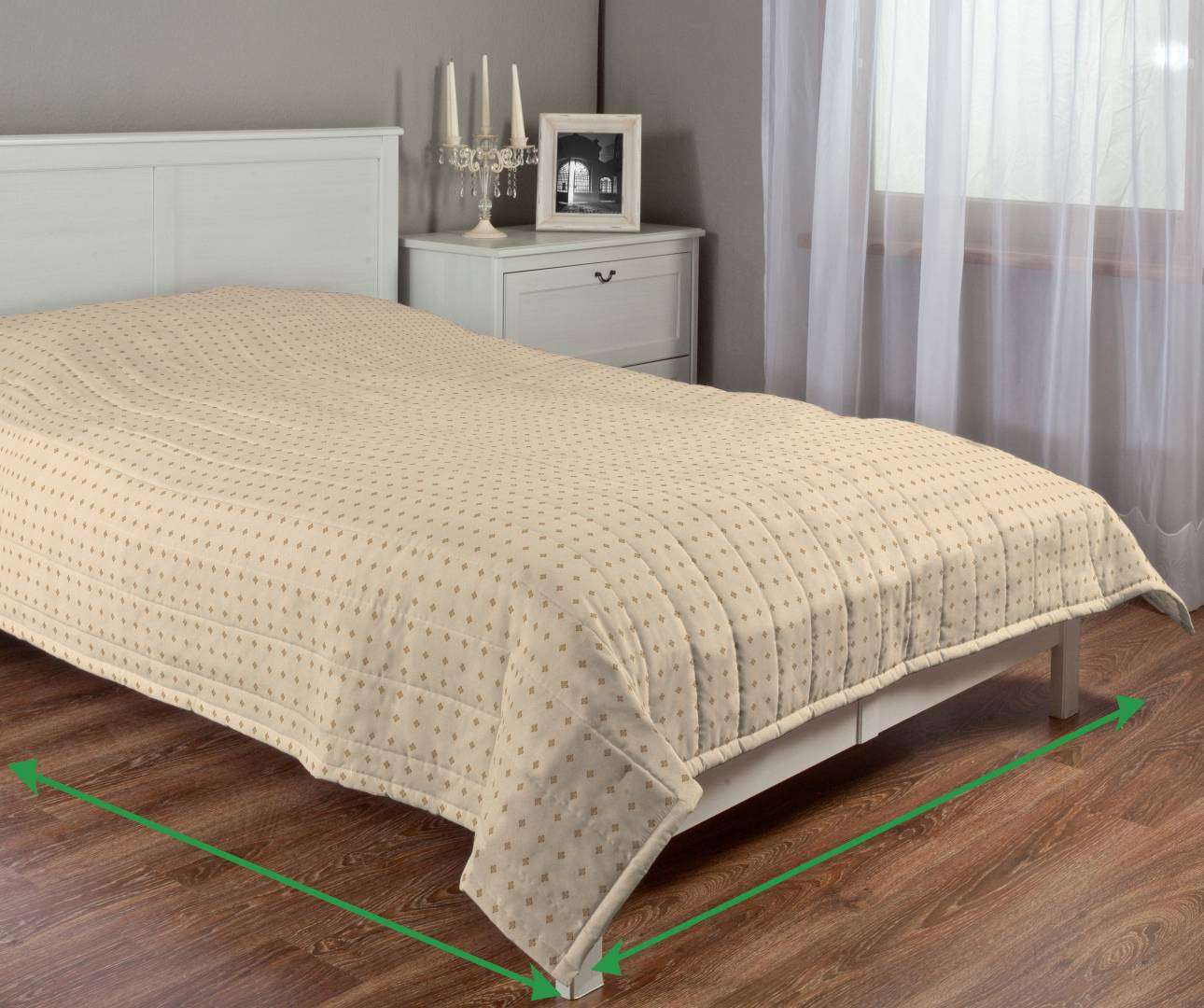 Quilted throw (vertical quilt pattern) in collection Arcana, fabric: 102-01