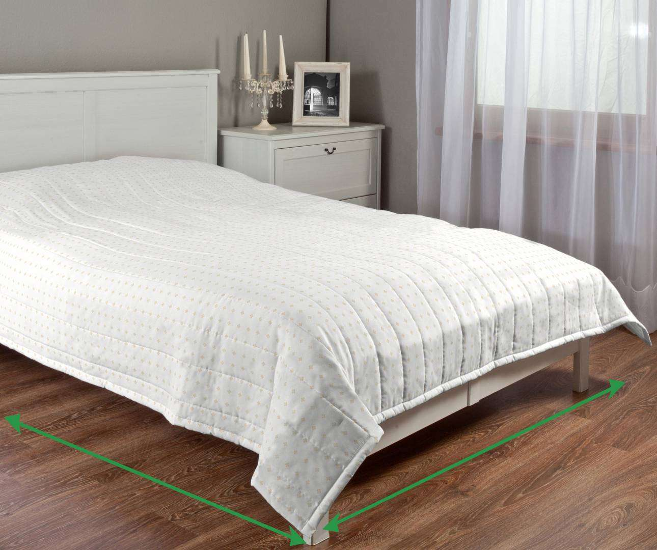 Quilted throw (vertical quilt pattern) in collection Arcana, fabric: 102-02