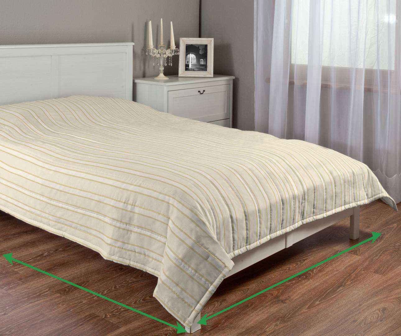 Quilted throw (vertical quilt pattern) in collection Arcana, fabric: 104-02