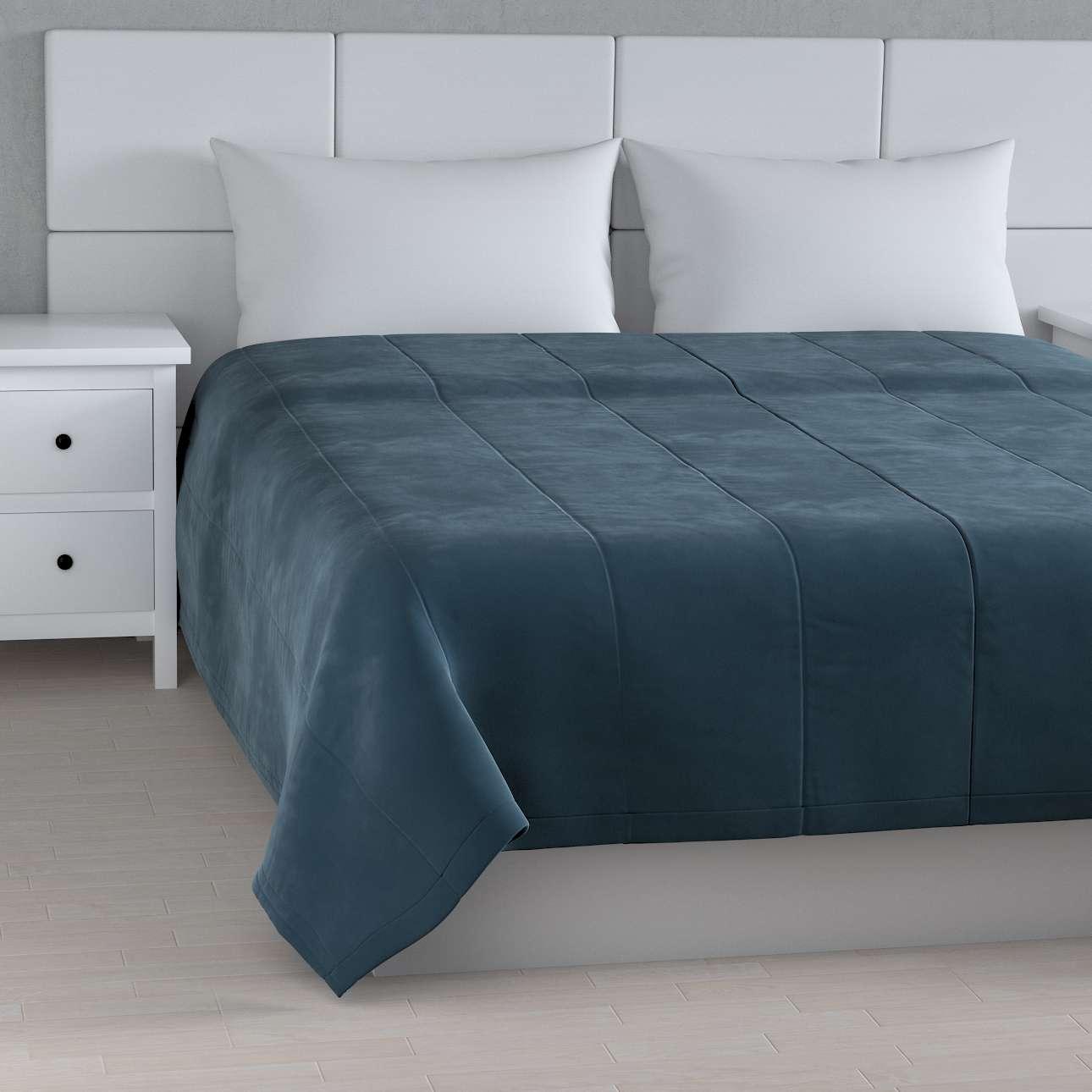 Sengetæppe quiltet<br/>i 25cm striber i velour fra kollektionen Velvet, Stof: 704-16